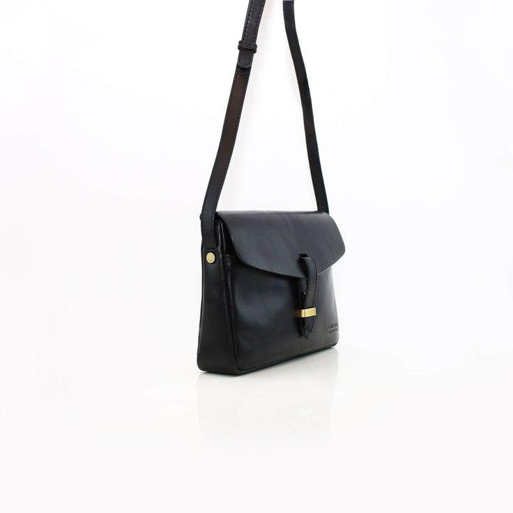Möt Ally Bag Midi, en klassisk och smidig liten axelremsväska från O My Bag. Handgjord i Indien under erkända Fair Trade-principer.