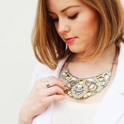 Lovely XL statement necklace recycling your old jewelry and mixing metals. (in English and Spanish)