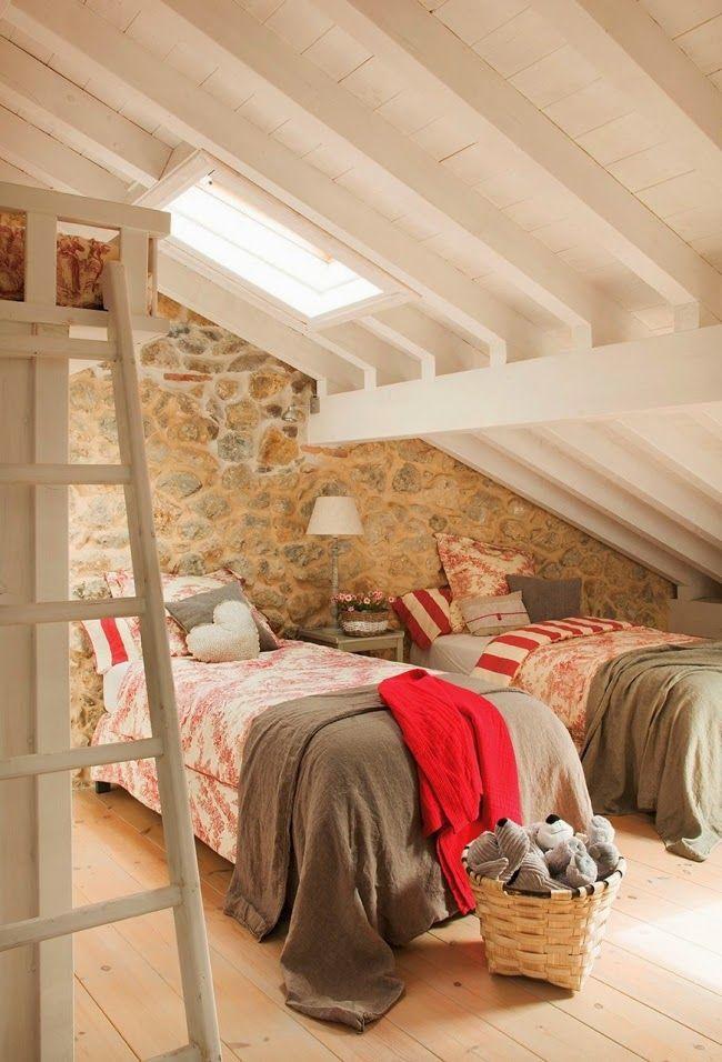 wnętrza, styl rustykalny, styl wiejski, kamienna ściana, stare meble, antyki, drewniane belki, białe wnętrza, sypialnia