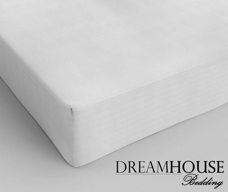Dit overheerlijk liggende hoeslaken van Dreamhouse Bedding is vervaardigd van 100% hoogwaardig glad katoen. Het hoeslaken is in verschillende kleuren te verkrijgen, waardoor er altijd een kleur te vinden is die bij je huidige dekbedovertrek past. Het hoeslaken heeft een hoekhoogte van 30cm en is voorzien van een rondom elastiek. Materiaal:Katoen Kleur: Wit Afmeting: 90 x 220cm  - Hoeslaken Dreamhouse Bedding Katoen White 90 x 220cm