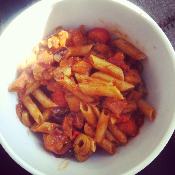 Eigen recept; volkoren pasta met ansjovis, aubergine, tinten, kappertjes, olijven, ui, knoflook en rode peper