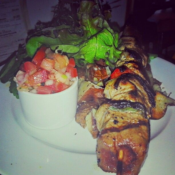 Brochetas a la Chilena asadas de medio kilo acompañada de su pebre tradicional