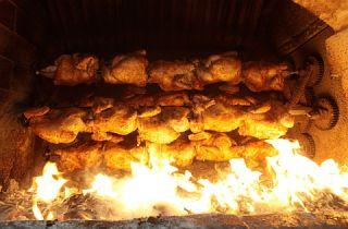 pollo a la brasaes uno de los platos típicos de lagastronomía peruanay uno de los de mayor consumo en elPerú, incluso por encima delceviche, elchifay las especialidades de lacomida rápida. …