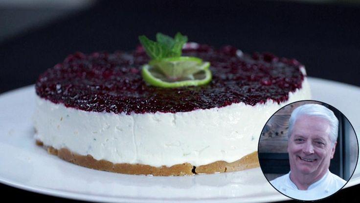 Ingredienti Base per cheesecake 200 g di biscotti secchi 80 g di burro Farcia al mojito 600 g di formaggio spalmabile 250 g di panna semi montata 120 g di zucchero muscovado 40 g di cucchiai di rum (5-6 cl.) 1 cucchiaio di menta fresca tritata finemente La scorza grattugiata di 1 lime non trattato 40 g di succo di lime Composta-gel 200 g di frutti di bosco 30 g di zucchero 10 g di rum 10 g di succo di limone 5 g di fogli di gelatina ammorbidita in acqua fredda Preparazione Base per…