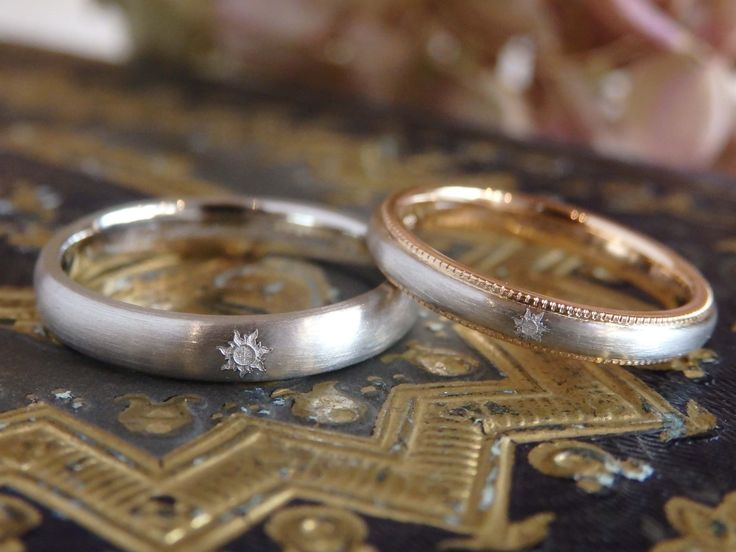 ヘアライン仕上げのマットなリングに、お気に入りの彫り模様を飾りました。 [marriage,wedding,ring,bridal,K18,Pt900,マリッジリング,結婚指輪,オーダーメイド,ピンクゴールド,コンビカラー,ウエディング,ith,イズマリッジ]