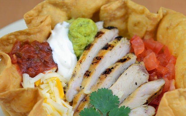 Tortilla chalupa, bol, saladier, corolle la technique Des salades élégantes où le support bol, saladier se déguste, c'est facile à faire. Des tortillas moulées, cuites au four ou à la friture sont tendances et tout à fait délicieuses. Elles passent de la cuisine mexicaine à la française et autres, en un clin d'oeil : elles accueillent des salades classiques et en font des petits chefs d'oeuvre servis en entrée. Elles sont épatantes pour les tacos party, les brunchs, apéro...