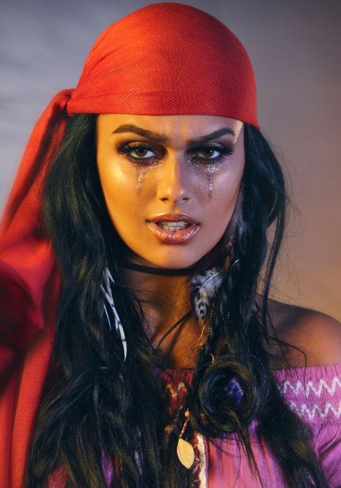 un joli maquillage femme pirate dans les tons bronze avec des yeux  charbonneux, femme pirate