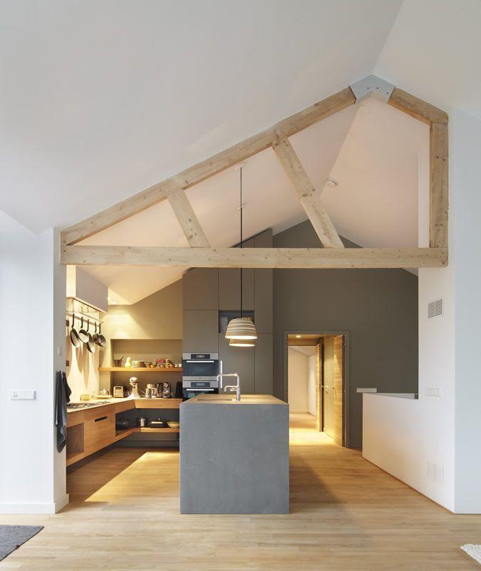 Warme-keuken-in-Loosdrecht-massief-Teak-bladen-eiland-van-beton-op-maat-zijdeglans-spuitwerk-op-MDF-greeploos-greeplijsten-maatwerk-blinde-p...