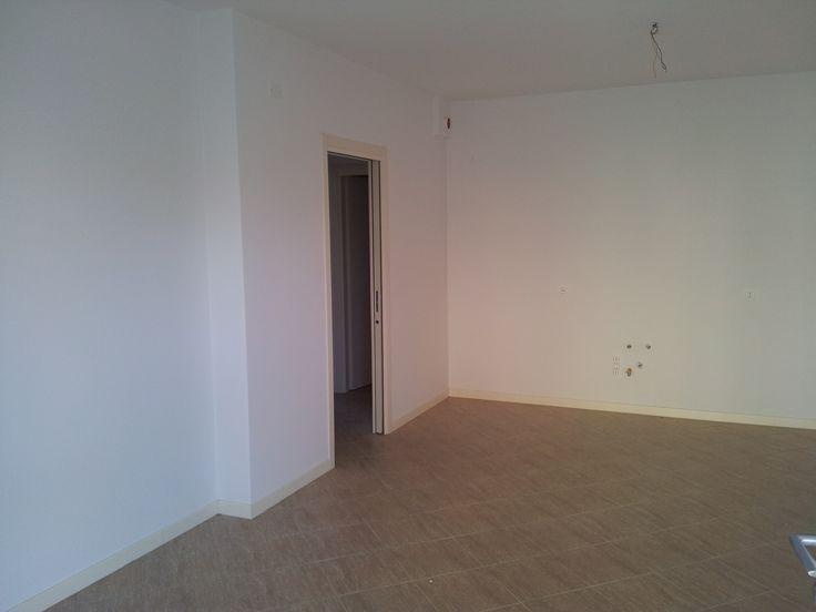 cucina-soggiorno con pavimentazione elegante che richiama il chiaro degli infissi e delle porte. Riscaldamento a pavimento su tutto l'appartamento e accesso verso camere, salotto, bagno e balcone.