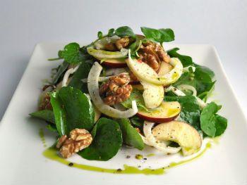 Салат из капусты с кресс-салатом и яблоками
