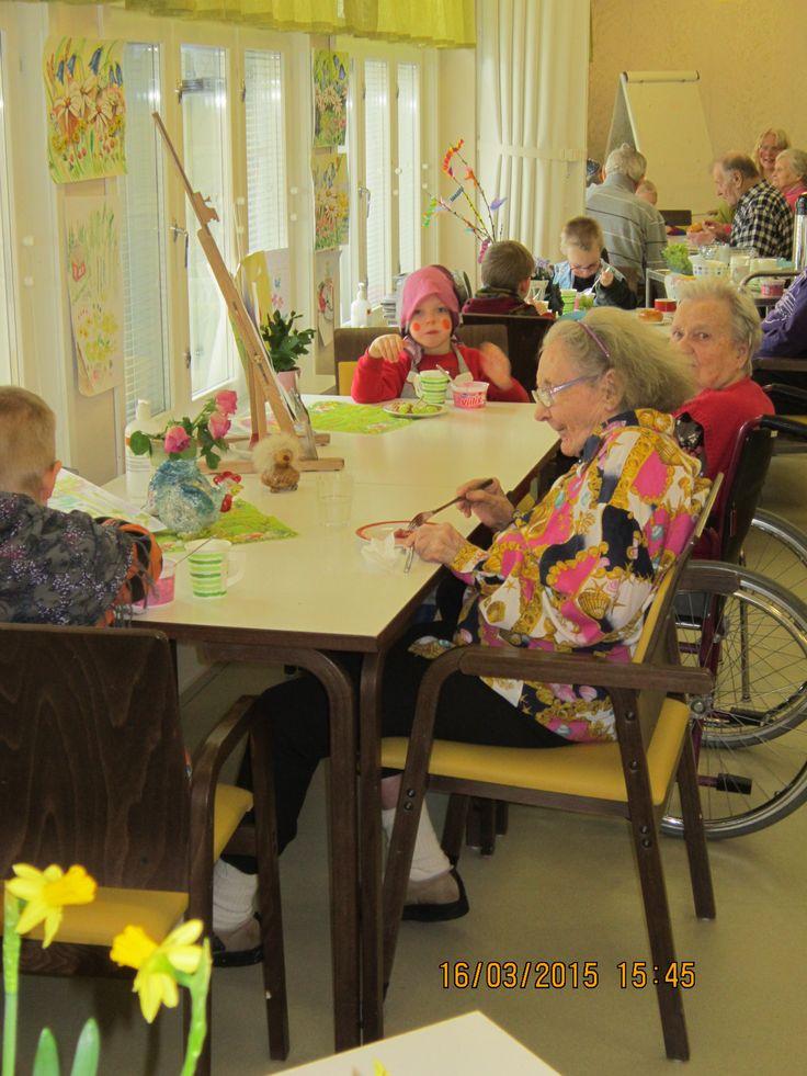 Päiväkodin lapset syömässä välipalaa Nikulassa.