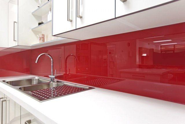 armoires de cuisine blanches et crédence rouge en verre
