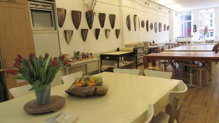 Licht, ruim en schoon atelier (120 m2) op een sfeervolle locatie in Amsterdam. Dit atelier is voor verschillende doeleinden te huur; als prettige locatie voor bijvoorbeeld het geven van een presentatie, een kamerconcert, een brainstorm, een bedrijfstraining of een familiedag.