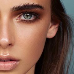 Bronzed makeup with a nude lip and amazing brows.