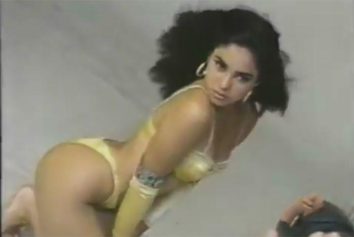 ] BARRANQUILLA, Col. * 23 de agosto de 2017. 20 Minutos / Soho Mucho más tímida que en la actualidad y menos desenvuelta que en la actualidad, pero con toda la frescura de la juventud, Shakira aparece luciendo un pequeño bikini amarillo, con el cual posa desde diferentes ángulos para la cámara...