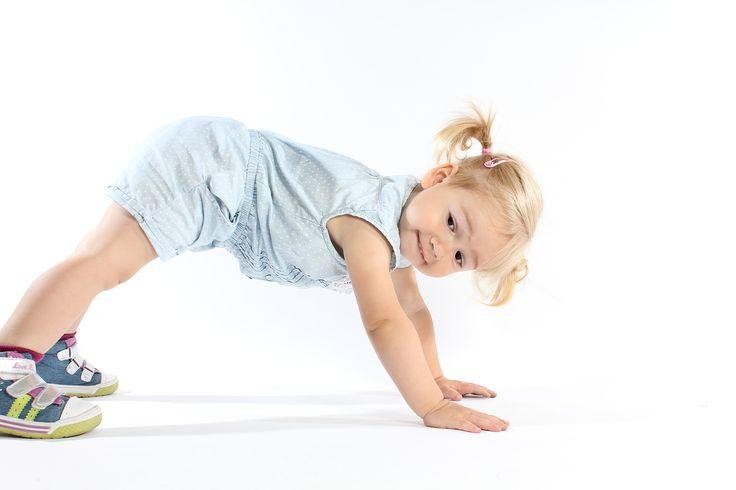 """Lied für Kindergarten-Kinder: In Bewegung mit dem """"Hampelmann Flumm"""" - Kleinstkinder haben großen Spaß daran, sich zur Musik zu bewegen. Dieses Lied lädt dazu ein, in die Rolle des """"Hampelmanns Flumm"""" zu schlüpfen: Die Kinder gehen dazu im Kreis, stampfen, springen, klatschen und legen die Hände zu einem """"Hausdach"""" zusammen und sehen darunter hindurch."""