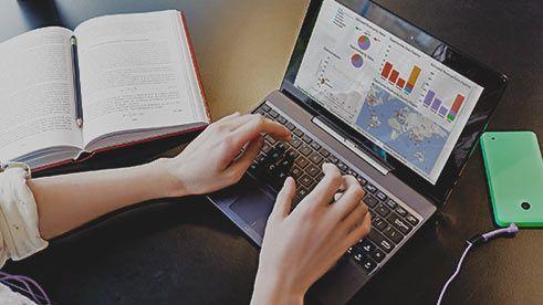 Bir dizüstü ekranında CRM uygulaması, Dynamics CRM'i deneyin