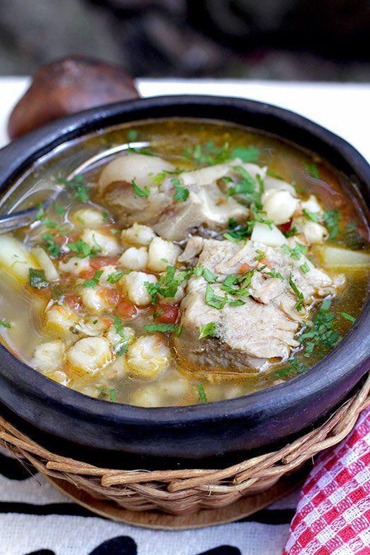 El Mute es una sopa muy completa y exquisita pero no es un plato para preparar a diario, pues se necesitan bastantes ingredientes y su cocción es prolongada. Pero para un fin de semana, cuando se tiene un poco más de tiempo, el mute es una excelente opción, especialmente en esos días fríos y lluviosos. La receta que les comparto hoy, es una de las tantas versiones del Mute, plato típico de la gastronomía del centro de Colombia.