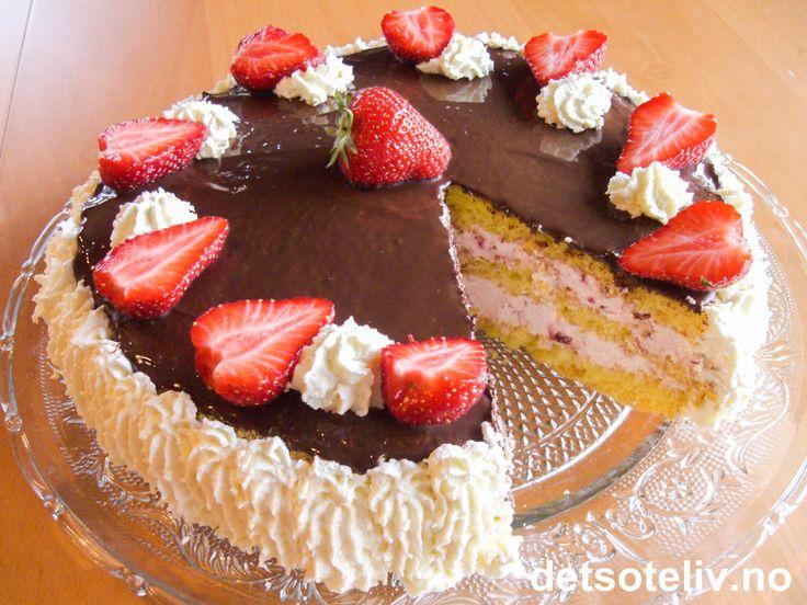 Her har du en alldeles nydelig bløtkake som stammer fra idylliske Østermarie på Bornholm i Danmark. Kaken er fylt med bringebærkrem og pyntes med sjokoladeglasur, krem og jordbær. Deilig....!