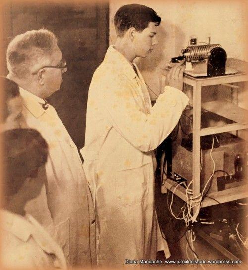 Principele Mostenitor Mihai la ora de fizica a profesorului dr. Chr. Musceleanu, in instantaneu profesorul urmarind lucrarea practica a adolescentului regal, mai 1937.