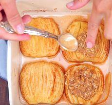 Обалденный десерт на скорую руку: запеченные яблоки с корицей и овсяными хлопьями!