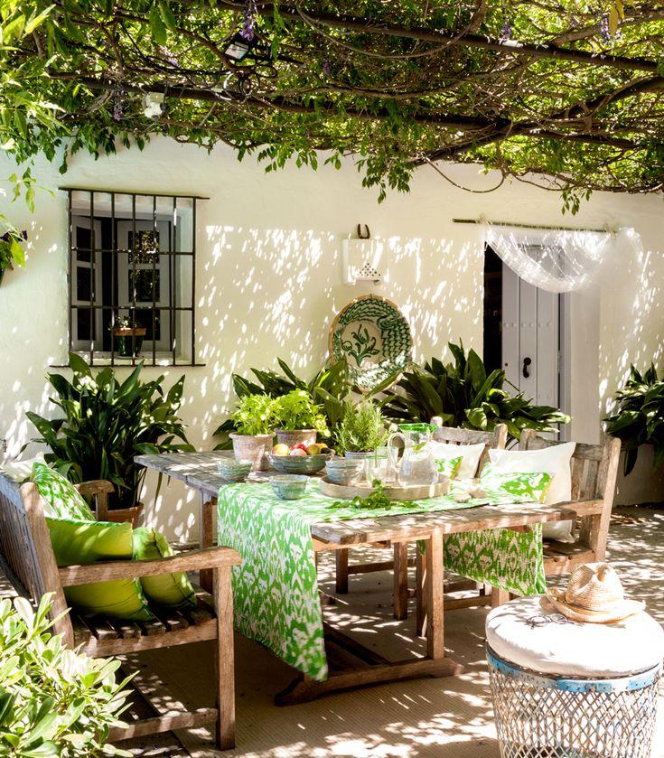 Porche en verde con plantas y mesa de exterior_437080 O