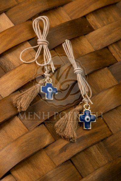 Μαρτυρικά βάπτισης κρεμαστό δερμάτινο σταυρό με σμάλτο και φουντίτσα