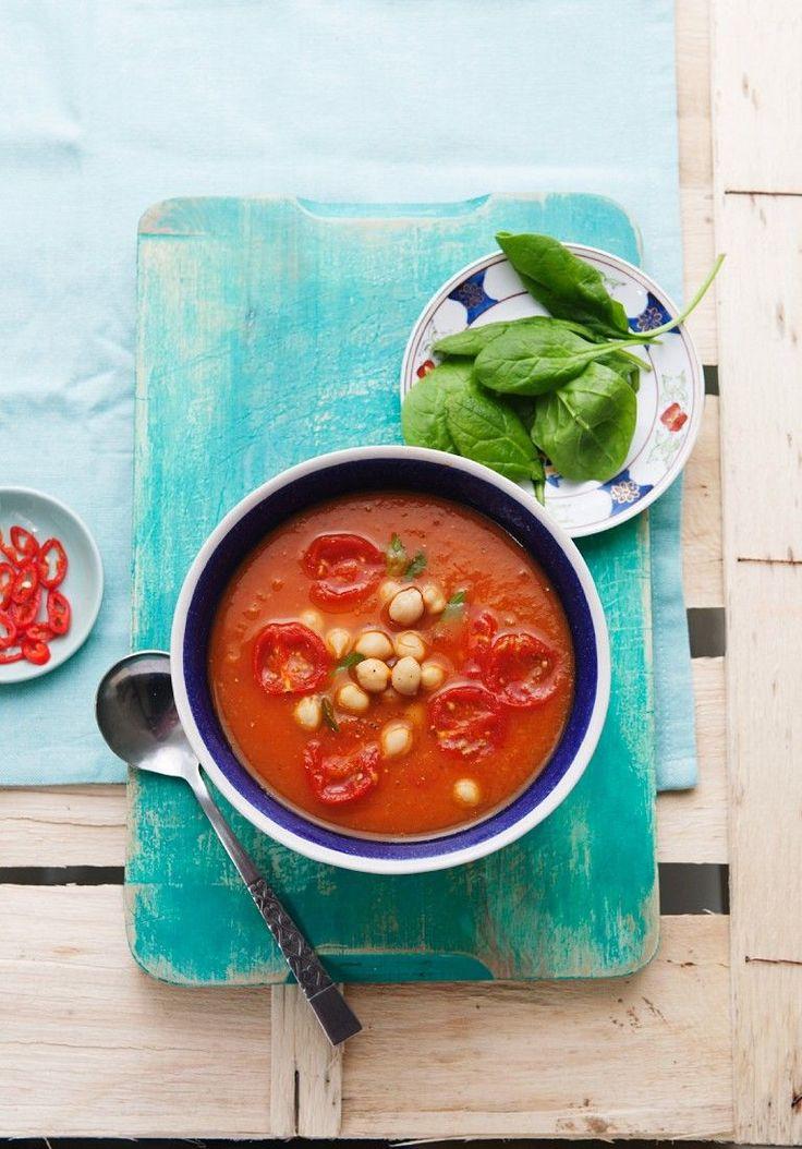 Tomatensuppe mit Süßkartoffel, Spinat und Kichererbsen | http://eatsmarter.de/rezepte/tomatensuppe-mit-suesskartoffel-spinat-und-kichererbsen