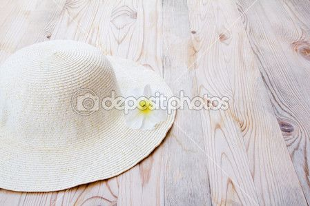 strand hoed met witte bloem