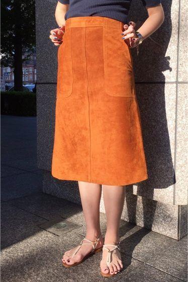MADISON BLUE スエードスカート  MADISON BLUE スエードスカート 92880 夏におすすめの異素材コーディネートが楽しめるスウェードスカート シンプルにTシャツとバレーシューズを合わせてヴィンテージライクなレザーの質感がスタイリングの主役になります MADISON BLUE(マディソンブルー)  ハイカジュアルをコンセプトにスタイリスト中山まりこさんが手掛ける今話題のブランドです スタイリスト目線で袖口や襟元の着こなし方まで考えられたデザインが特徴 モードにもカジュアルにも似合う本物を知り尽くしたバランスとシルエットです 人が着ることで完成する人に寄り添うアイテムを展開します 取り扱いについては商品についている洗濯表示にてご確認下さい 店頭及び屋外での撮影画像は光の当たり具合で色味が違って見える場合があります 商品の色味はスタジオ撮影の画像をご参照下さい こちらの商品レザーの特性上雨や水分摩擦により色移りの可能性がございます 淡い色の衣類BAGなど合わせる際はご注意下さいませ キャメル着用スタッフ身長:163cm 着用サイズXS…