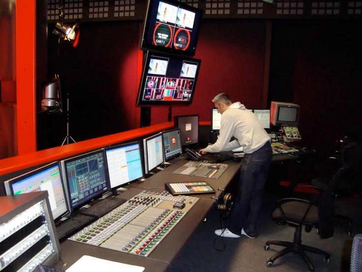 RTL 102.5.  http://www.carlettoweb.com/2010/03/i-nuovi-studi-di-rtl-1025.html