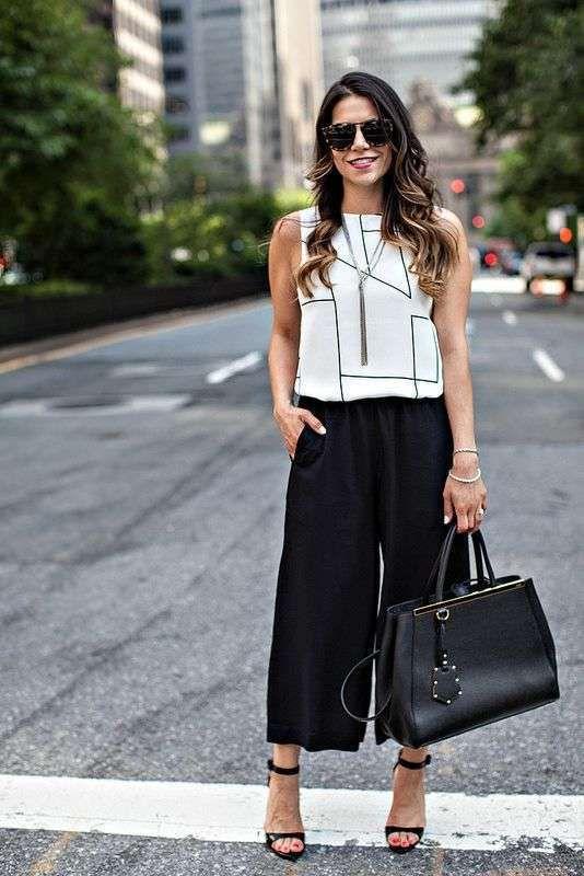 0ac72f03b04ce7 Come abbinare i pantaloni neri - Look elegante con pantaloni culotte ...