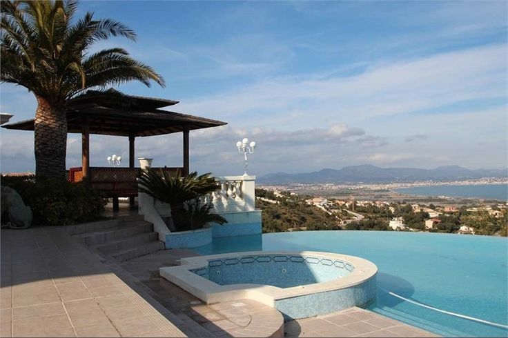 Located between Cannes and Saint-Tropez with a great ballroom inside, this mansion can be a dream of many... Les Issambres, France