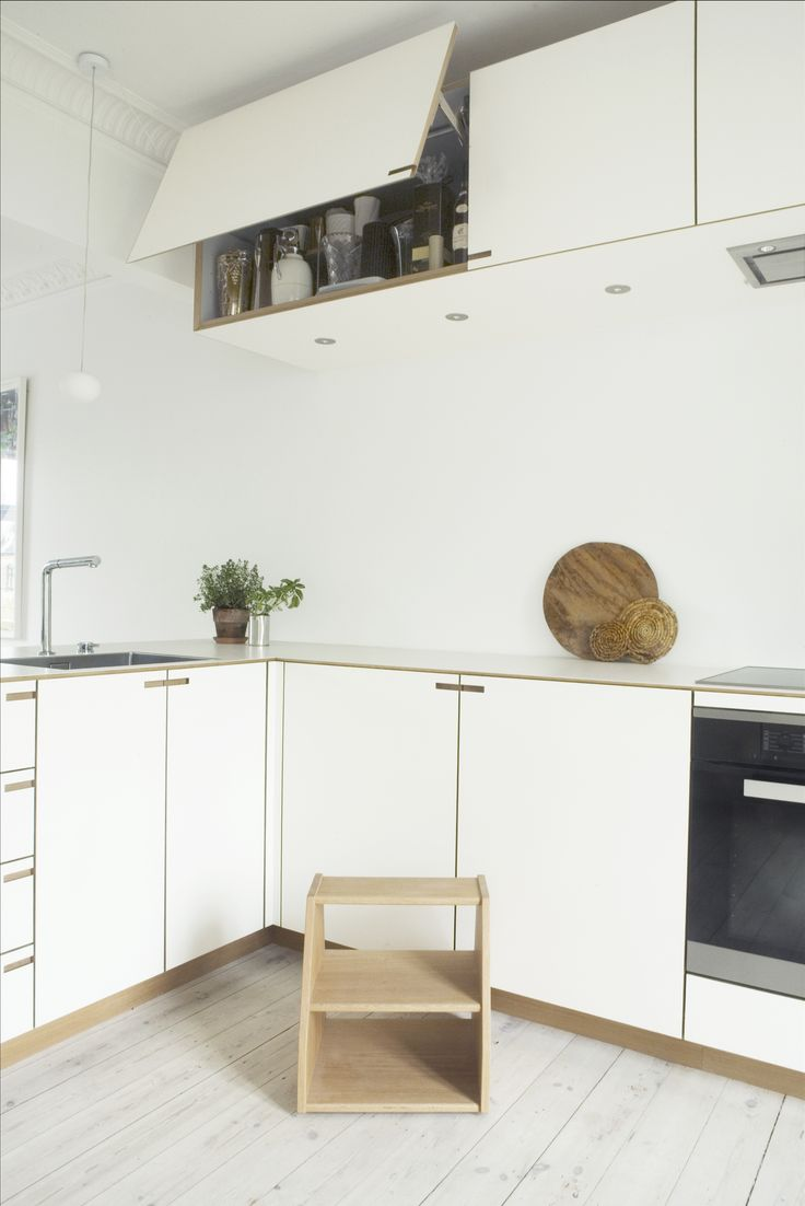 In order to attain a singular architectural form in the kitchen, the overhead and lower cabinets have the same depth.