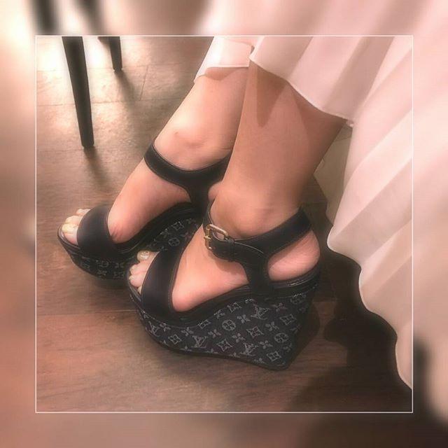 〖 👠いい靴👠をはきなさい〗  昔おとぎ話しで聞いたようなセリフ🐰🐥 小さい頃から、母の口癖でした。  出逢いは👠足下👠からやってくるのです。  いい靴をはけば 靴がいい所に連れて行ってくれる✴✴ そうやって女の子は輝いていくのだよ。と。  いつだって女のこは 👯👠princess👠👯ですから💝💝 だから、私は 今日もお気に入りの靴で 大好きな所へ出かけるのです💓 💝。.:*・゜。.:*。.:*・゜。.:*・゜💝 〖 …小倉あゆみ♡公式LINE@..〗 happyが私自由にする❇free-Life👯💓 『@xuz5955y』  https://line.me/R/ti/p/%40xuz5955y ↑↑↑ こちらからワンクリックで追加できます。 💝。.:*・゜。.:*・゜。.:*・゜。.:*・゜💝 #new#life#white#甘い#star#カフェ#外国#指輪#ポジティブ#笑顔#美味しい#カラオケ#笑顔#ワンピース#bag#follow#followme#f4f#l4l#おしゃれさんと繋がりたい #ヒール#アレンジ#紅茶 #チョコレート…