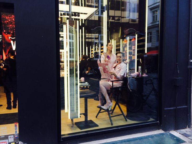 """LEVENDE GINER: Shopping foregår i stor grad online og uden menneskelig interaktion, mens de fysiske butikker udvikler sig til oplevelsesfokuserede showrooms og """"levende"""" markedsføring. #subtrend #hårdtrend"""