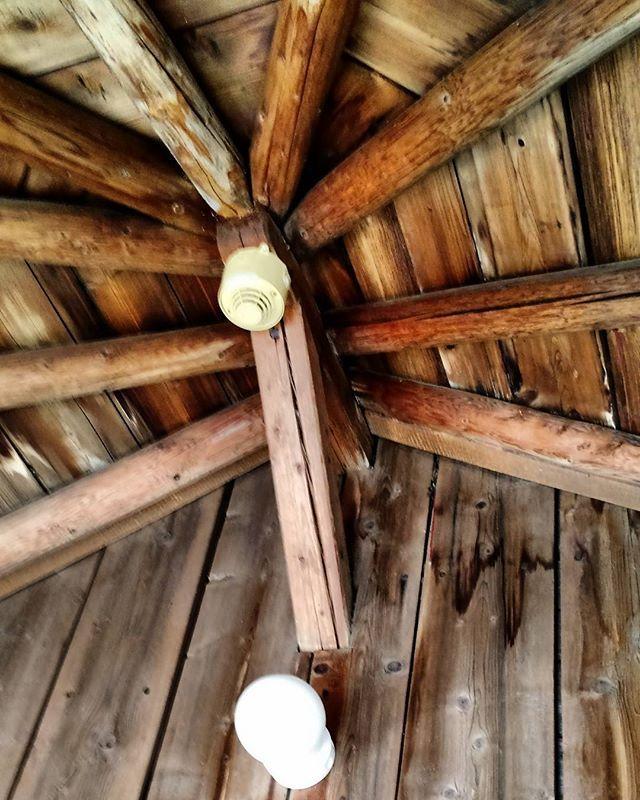 Jatketaan kattorakenneteemalla. Kuvassa Kahvitupa Laurentiuksen kuistin kattorakenteet. Kuka väittää etteivät kantavat rakenteet voi olla esteettisiä? Tässä kattoa kantavat vuoliaiset seurailevat katon kuusikulmaista muotoa ja etenkin etuosan viiden vuoliaisen viuhkan liittymäkohta on toteutettu upeasti. Vuoliaisia kantaa päätalon rakenteista tuettu kolmio ja päältä naulatut kattolaudat jäykistävät rakenteen.