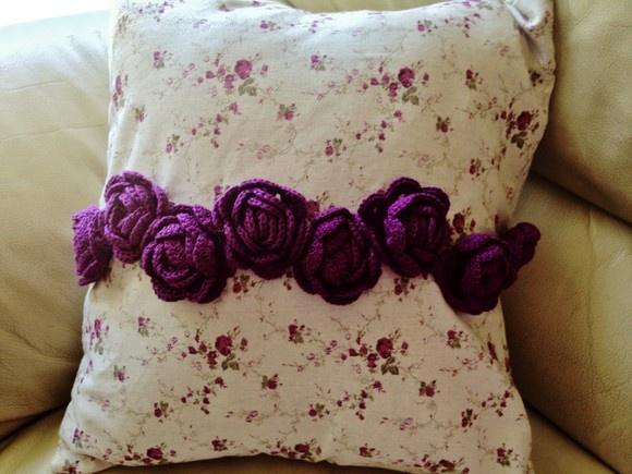Almofada chiquérrema feita em linho estampado com flores de crochê feitas à mão.  Linda e Maravilhosa, perfeita para decorar sua sala ou seu quarto! R$50,00