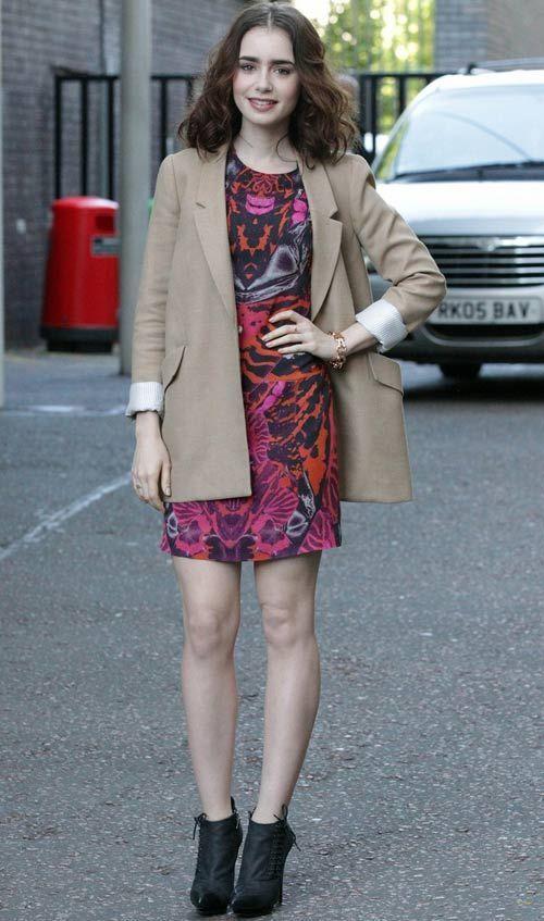 Para aparecer em um programa de TV, Lily Collins combinou o lado divertido do vestido estampado com o sério do blazer cáqui. Ela completa o look com ankle boot