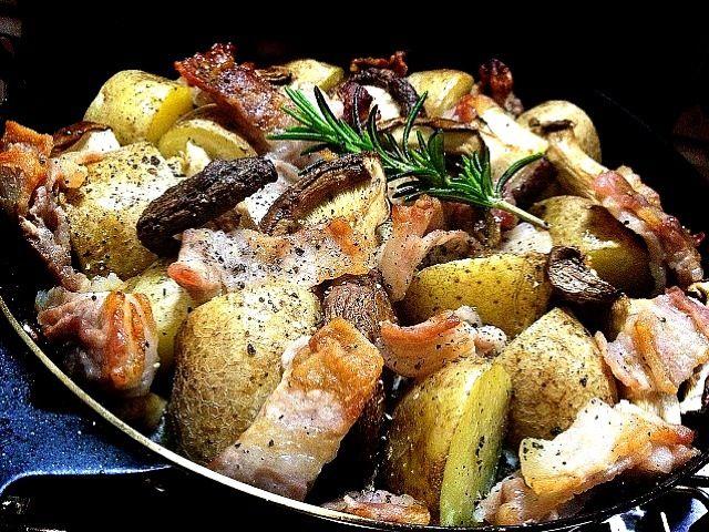 豚バラを塩漬けして、じゃが芋と椎茸、エリンギと一緒に魚焼きグリルにぶっこみました。 味付けは塩豚の塩分とオリーブオイル、黒胡椒だけでばっちりでした。 これは我が家の激旨の殿堂入りです。(//∇//) シカさんの「新ジャガのローストポテト」を参考にさせていただきました♡ シカさんぁりが㌧です(〃^ิ艸^ิ〃) - 247件のもぐもぐ - 塩漬け豚肉とじゃが芋、きのこのグリル シカさん風に。Grilled Salt pork, potato and mushrooms inspired by pesce0414 by makooo