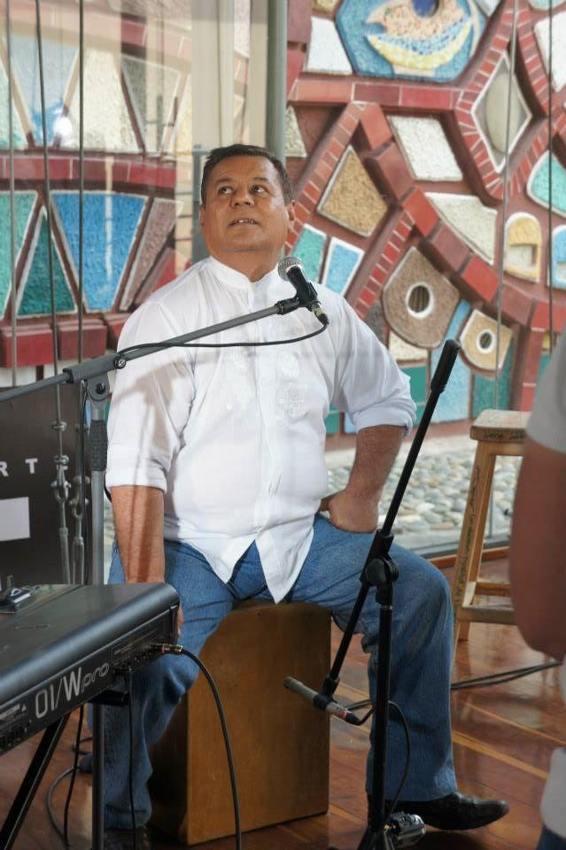 Jorge Mera, voz, cajón y bassman