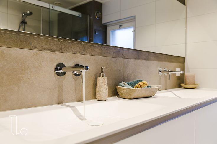 Dit maatwerk badkamermeubel is tussen twee nissen geplaatst, zodat het perfect in de ruimte van de badkamer past. Bekijk deze en meer badkamers bij Laurens Badkamers.