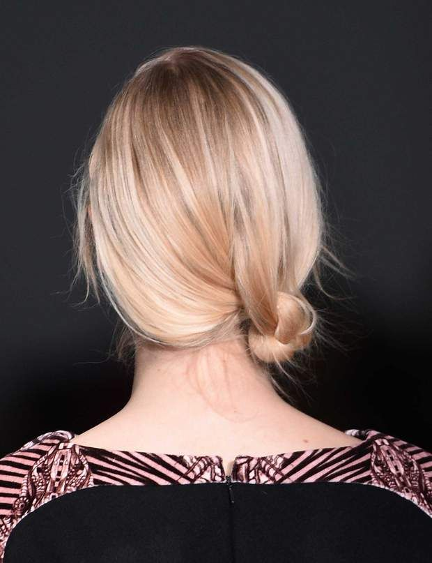 Le chignon nouéLe bon geste: Il ne fonctionne que sur une base parfaitement lissée. Son gros avantage, c'est surtout de convenir à toutes les longueurs à partir des épaules.Laquez et dégagez tous vos cheveux vers l'arrière et sur l'un des côtés. Séparez vos cheveux en trois mèches égales. Nouez-les entre elles une à deux fois, sans tirer vos cheveux pour garder de la souplesse. Rentrez le reste des longueurs sous le chignon et fixez le tout avec des épingles.