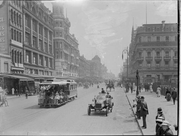 Looking along Swanston St, Melbourne in Victoria in 1915.