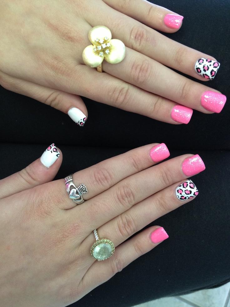 Roze, witte en wit met zwart gestipte nagels. Kayleigh kraaij