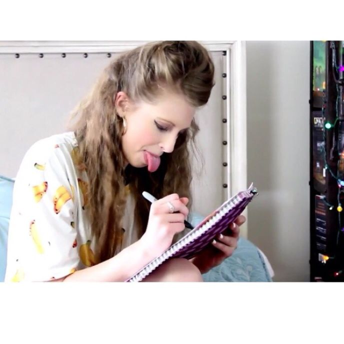 I love this screencap of Christine during her book revenge video XD