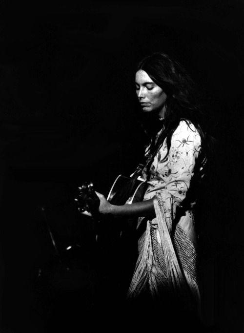 joegramoe:  I am a poor, wayfaring stranger…Miss Emmylou Harris… By Dan Reeder