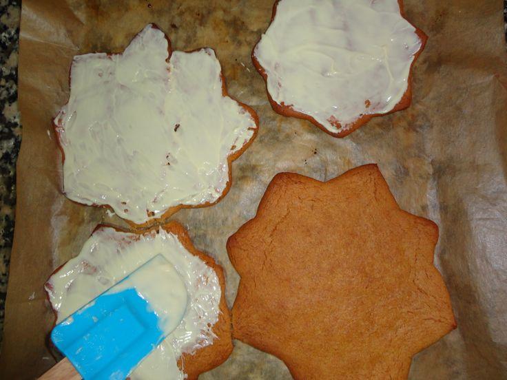 pintar cada galleta con chocolate blanco