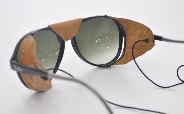 Óculos escuros RAY BAN - modelo Glass Arctic - Cor preta com proteção  frontal e lateral em couro. e4881c73ed