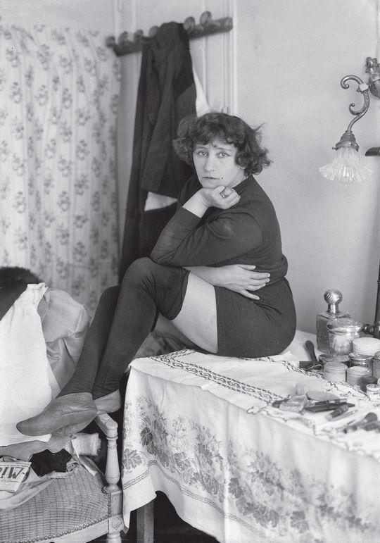 Colette - Posant en 1912 dans les loges du Bataclan, Colette se dévoile cuisses découvertes et cheveux courts, affirmant ainsi son émancipation. La romancière nourrit également ses écrits d'une sensualité débordante.